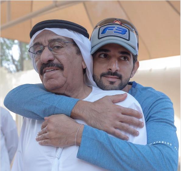 Hoàng tử Fazza và cha rất thân thiết với nhau.