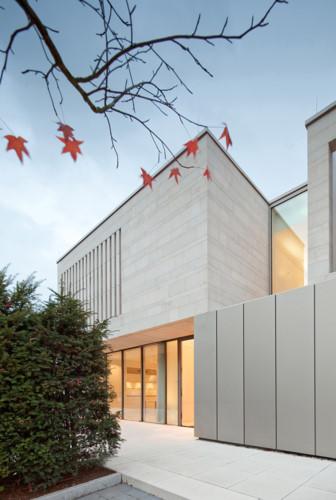 Tòa nhà được thiết kế với hai tầng đối diện Weinbergstrasse ở phía đông bắc và ba tầng đối diện với khu vườn ở phía tây nam.