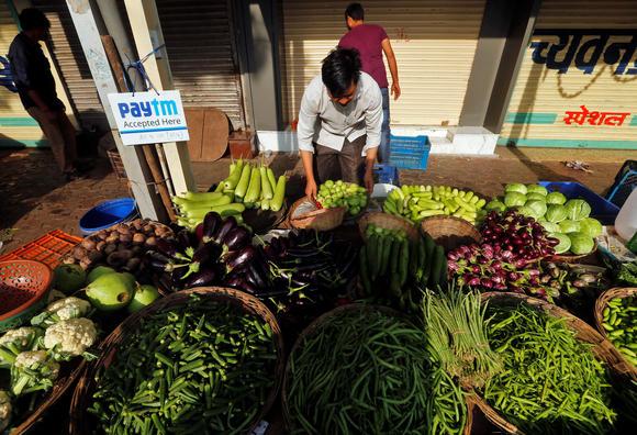 Một sạp bán rau nhận thanh toán bằng Paytm