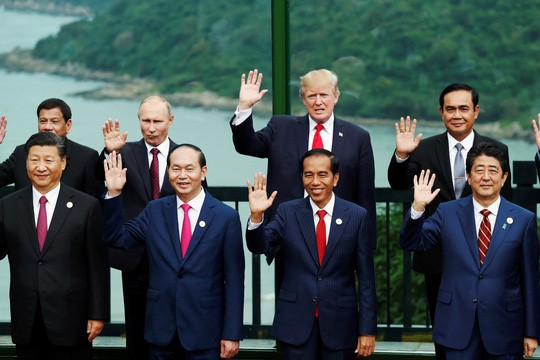 Các nhà lãnh đạo vẫy chào vui vẻ