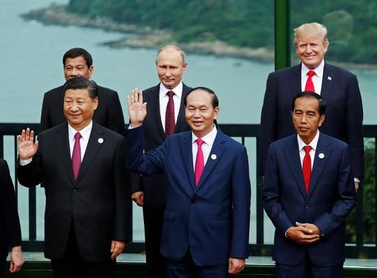 Chủ tịch nước Trần Đại Quang đứng giữa Chủ tịch Trung Quốc Tập Cận Bình và Tổng thống Indonesia Joko Widodo. Đứng sau là Tổng thống Philippines Rodrigo Duterte, Tổng thống Nga Vladimir Putin và Tổng thống Mỹ Donald Trump (từ trái sang).