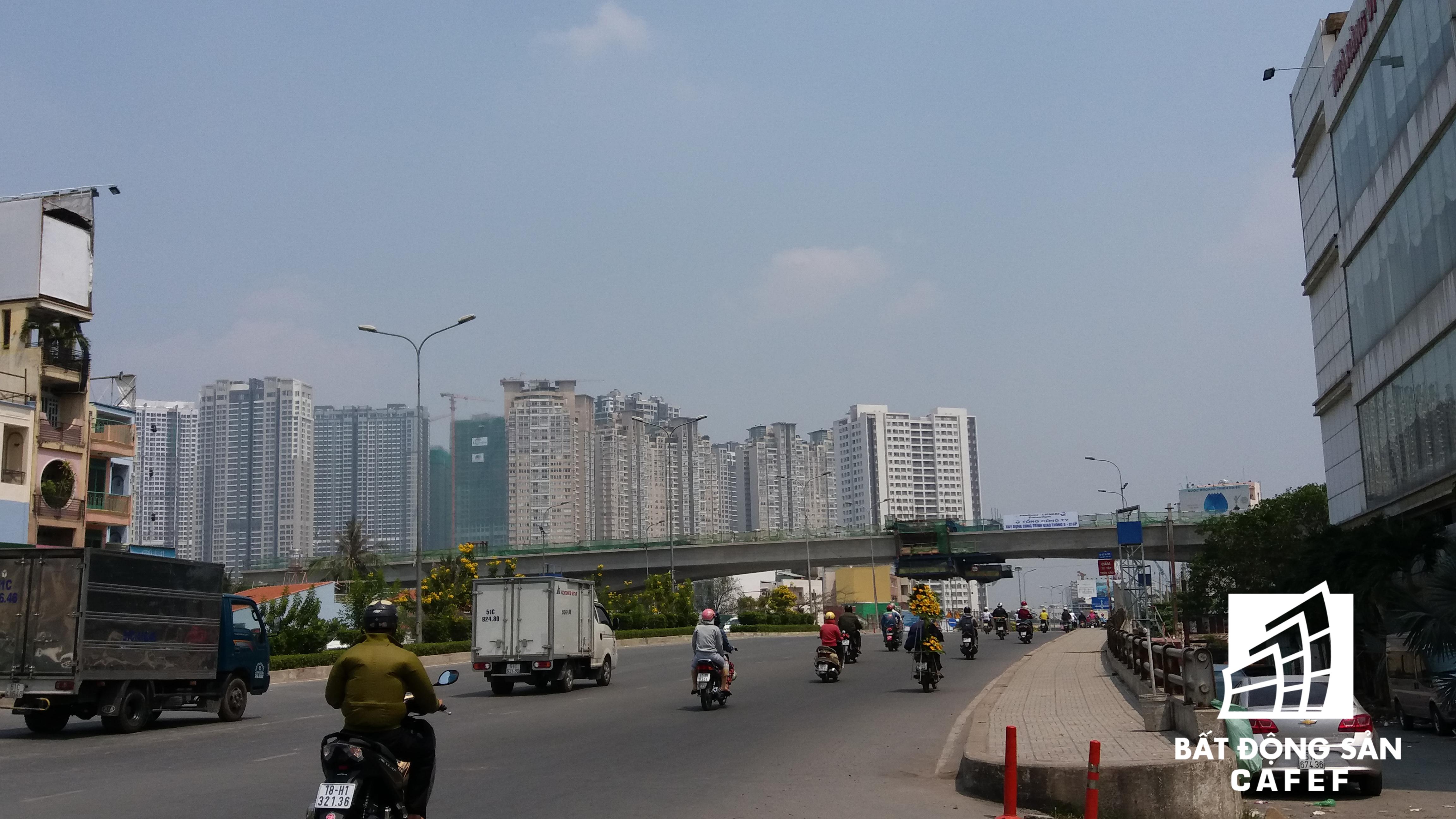 Tuyến metro số 1 chạy ngang đường Nguyễn Hữu Cảnh, đang chạy đua tiến độ.