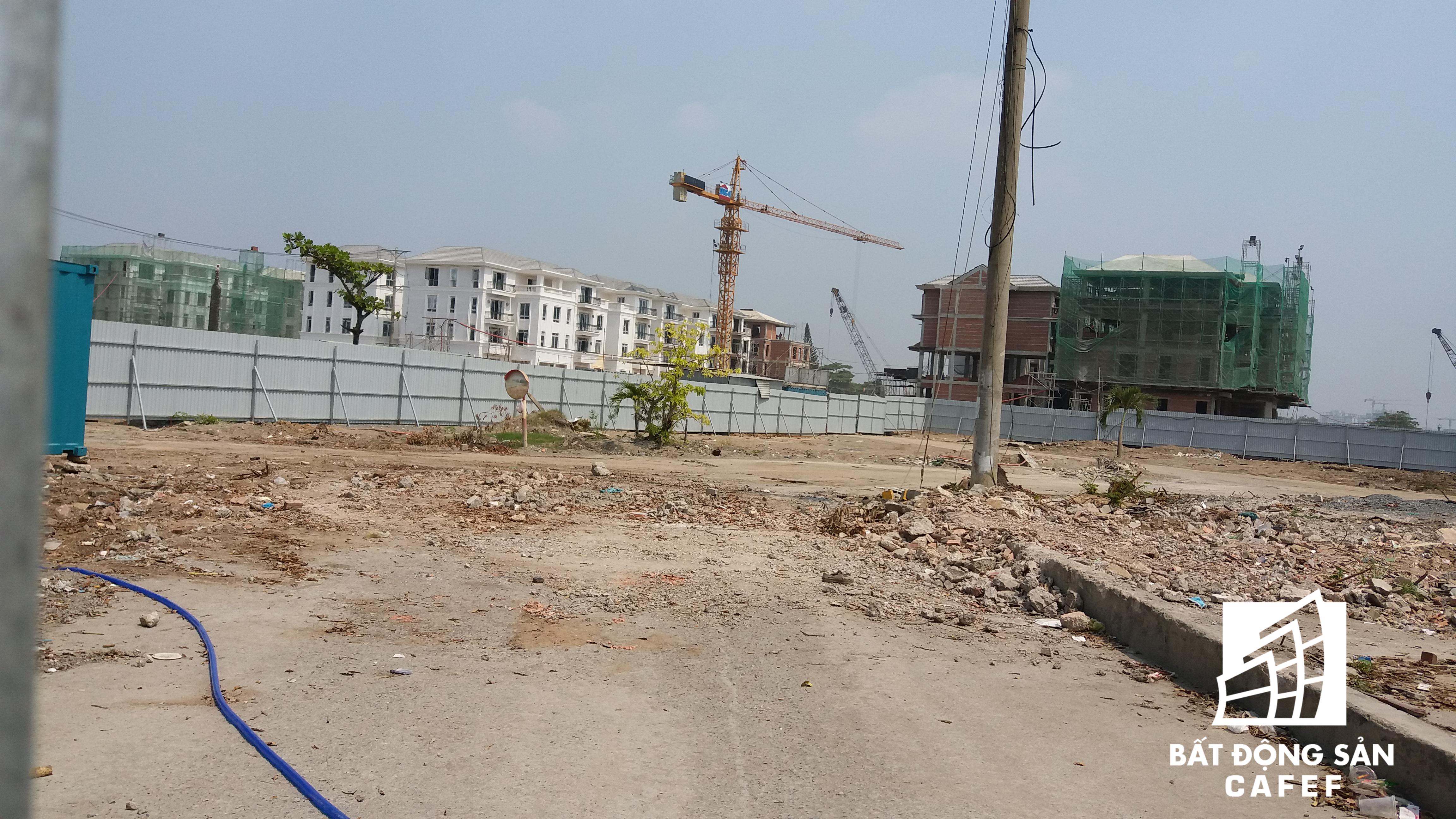Nhiều dự án nhà ở quy mô khá lớn đang chuẩn bị mặt bằng xây dựng ngay mặt tiền đường Nguyễn Hữu Cảnh.