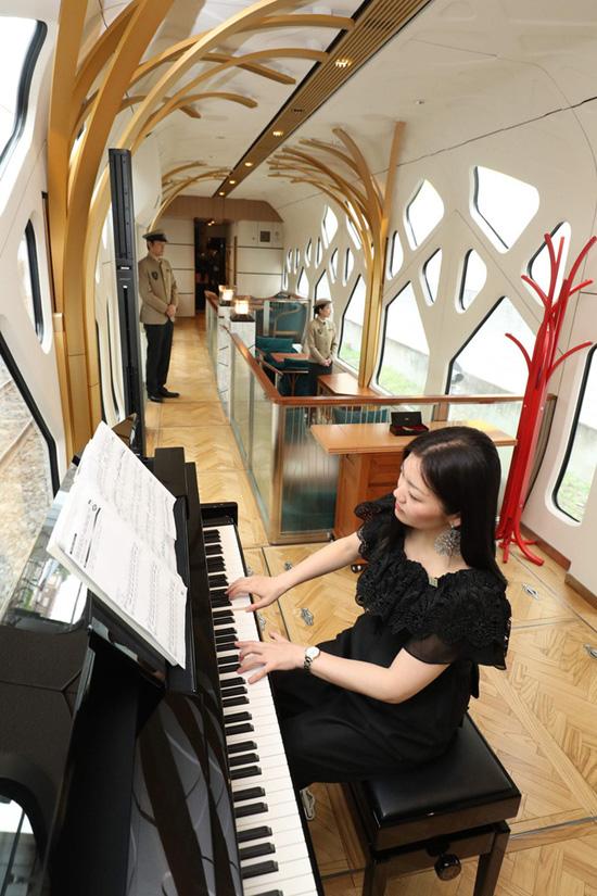 Sảnh chính rộng rãi là nơi hành khách có thể vừa thư giãn, vừa thưởng thức tiếng nhạc piano.