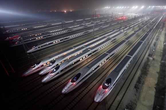 Tàu cao tốc đậu trong sân ga ở Trung Quốc.