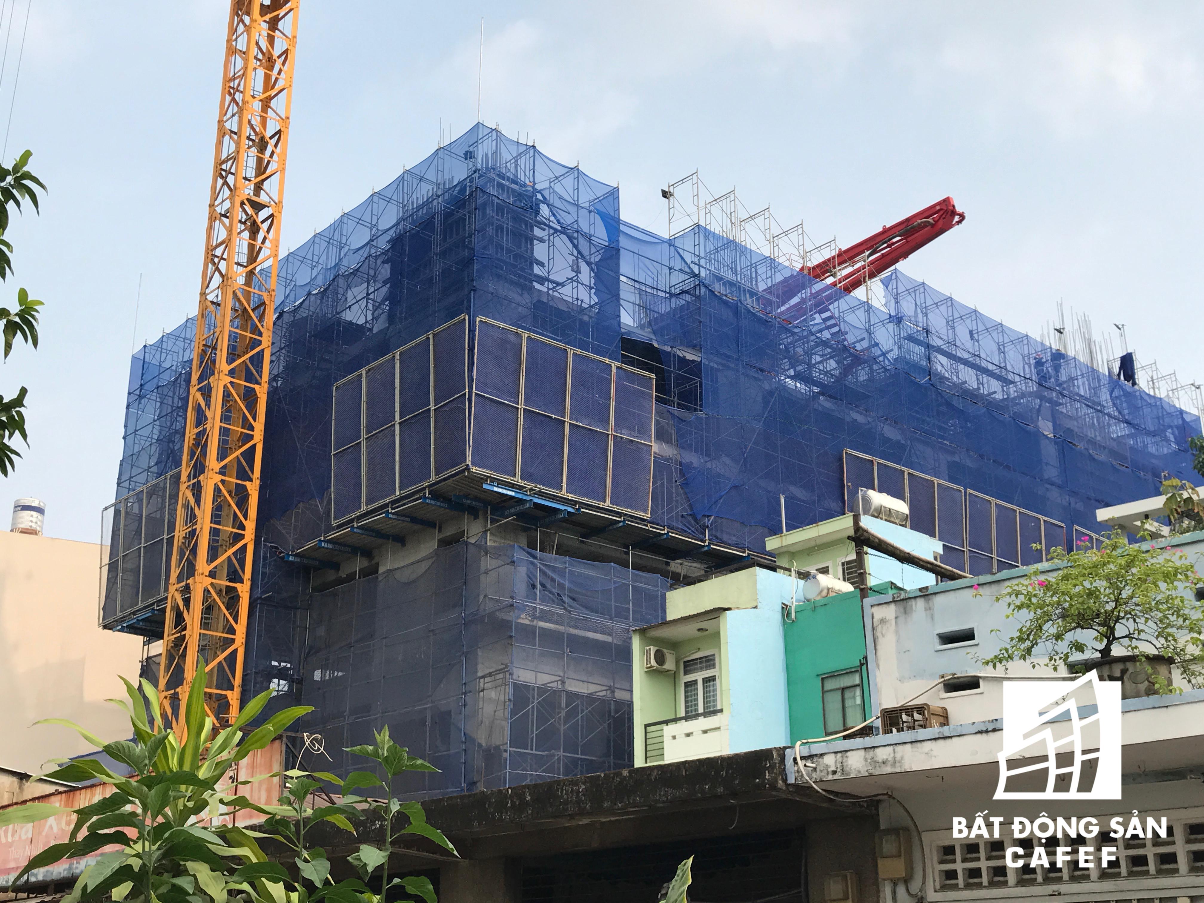 Nằm cách đó không bao xa, Công ty Hồng Hà và Công ty Tiến Phát cũng hợp tác đầu tư dự án Grand Riverside ở Bến Vân Đồn cao 22 tầng với 240 căn hộ. Sắp tới, riêng Công ty Tiến Phát sẽ tiếp tục ra mắt thị trường hai dự án cao cấp khác trên cung đường này. Dự kiến Grand Riverside sẽ bàn giao nhà cho khách hàng trong năm 2017.