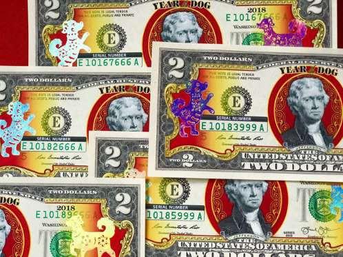 Tờ 2 USD hình con chó mạ vàng với ý nghĩa mang đến may mắn. Giá bán của tờ tiên độc lạ này dao động từ 350.000 - 500.000 đồng/ tờ. Đối với loại seri Thần Tài 39, 79, 339, 779... hay Lộc Phát 68, 86, 66, 88... có giá từ 450.000 - 550.000 đồng/tờ. Loại tiền hình con chó có số tứ quý có giá hơn 2 triệu đồng.