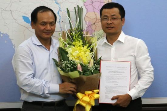 Thứ trưởng Nguyễn Nhật trao Quyết định và tặng hoa cho ông Chu Quang Trung