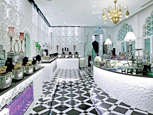 Ông Khải Silk từng chia sẻ toà lâu đài trắng Tamasago dùng những bộ đồ ăn bằng sứ với hai màu trắng đen của Versace, những chiếc đèn chùm của Hermes đều không dưới 20.000 USD/cái.