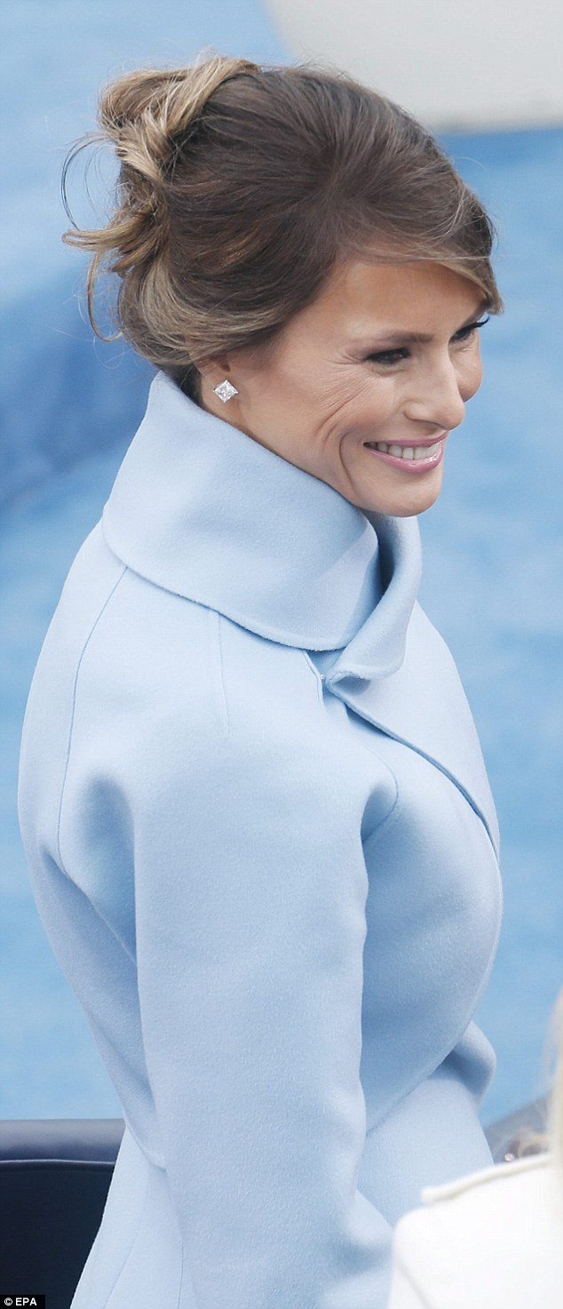 Bà Melania không đeo trang sức cầu kỳ. Sự lựa chọn của cựu siêu mẫu rất đơn giản, để lộ vẻ đẹp tự nhiên với đôi hoa tai kim cương tinh tế và mái tóc búi lỏng. Tân đệ nhất phu nhân nước Mỹ - bà Melania Trump - được cho đã bị ảnh hưởng từ phong cách thời trang của cựu phu nhân Jackie Kennedy.