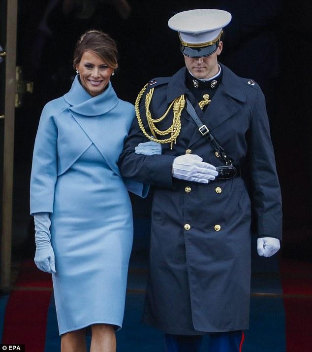 Cách Melania lựa chọn đôi găng tay màu xanh nhạt khiến người ta gợi nhớ tới hình ảnh phu nhân Jakie Kennedy trong ngày Tổng thống John Kenedy nhậm chức năm 1961. Nhiều người trong giới thời trang nhận xét, chỉ Jackie Kennedy mới đủ sức ảnh hưởng đến bà Melania. Hai người cùng am hiểu, đam mê về thời trang, chứ không quá quan tâm đến chính trường.