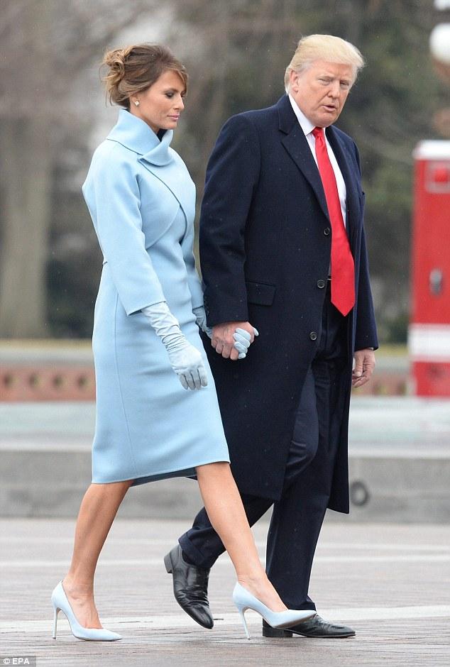 Đệ nhất phu nhân lựa chọn đôi giày cao 12 cm cùng tông màu với váy khi sánh bước bên chồng.