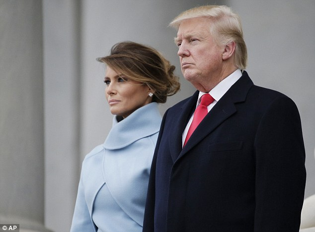 Lựa chọn một chiếc váy liền ôm sát màu xanh baby chất liệu lụa bóng và áo khoác cùng tông màu, Melania Trump xuất hiện hoàn hảo bên tân chủ nhân mới của Nhà Trắng.