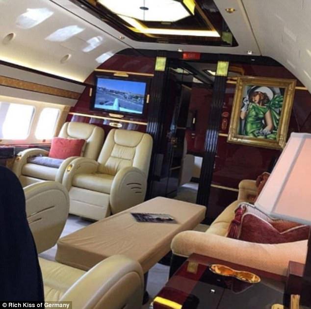 Không gian sang trọng trong những chiếc phi cơ riêng được trang trí với những bức họa ấn tượng. Bất cứ ai bước lên chiếc phi cơ này chắc hẳn sẽ có một chuyến bay mĩ mãn.
