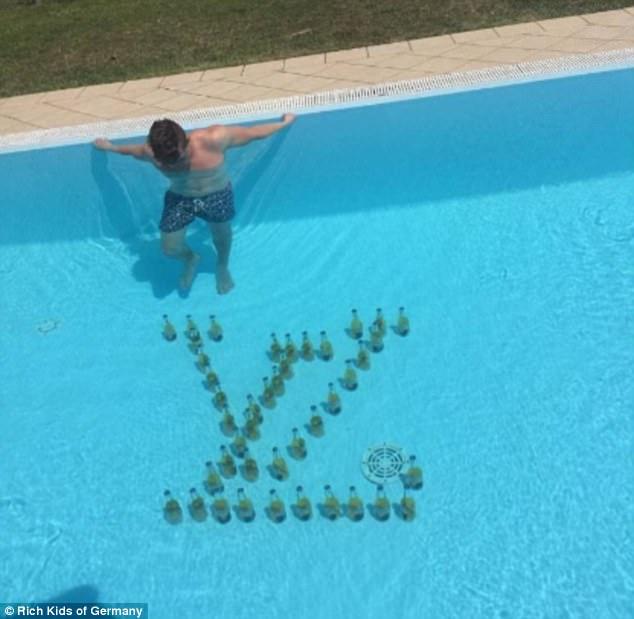 Sau khi nghỉ ngơi, tắm nắng, một thiếu gia đã dành 2 giờ để xếp những chai bia Corona thành logo của hàng Louis Vuiton dưới hồ bơi.