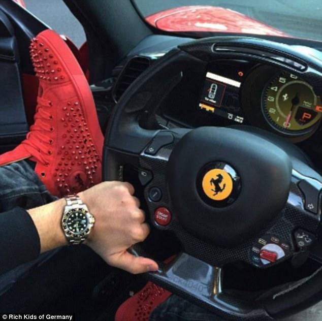 Một thiếu gia khoe đồng hồ Rolex sang trọng, giày Loubotin cá tính trong xe Ferrari.