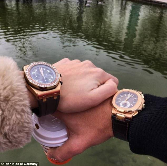 Cặp đôi con nhà giàu khoe khoảnh khắc họ tay trong tay với những chiếc đồng hồ hàng hiệu.