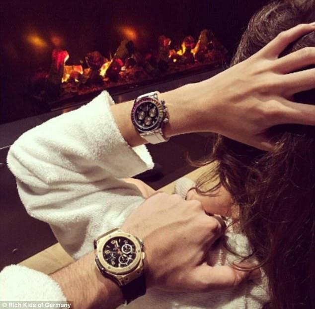 Các cặp đôi nhà giàu khoe những khoảng khắc họ bên nhau cùng... những chiếc đồng hồ đắt tiền.