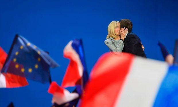 Emmanuel Macron đã ôm, hôn vợ trước đám đông khi chiến thắng vòng bỏ phiếu đầu tiên.