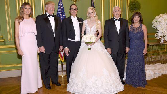 Vợ chồng Tổng thống và Phó Tổng thống chụp ảnh kỷ niệm với cô dâu, chú rể.