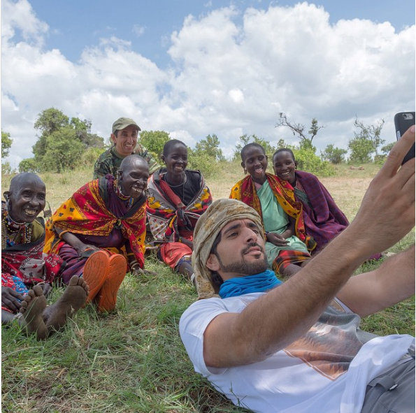 Hoàng tử chụp ảnh selfie với fan hâm mộ ở châu Phi.
