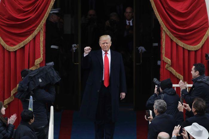 Những hình ảnh đầu tiên của ông Trump khi bước ra lễ đài.