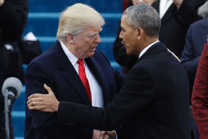 Hai đời Tổng thống bắt tay nhau.