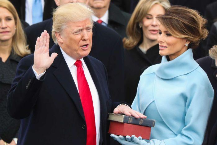 Ông Trump đặt tay lên cuốn kinh, đọc lời tuyên thệ 35 chữ, chính thức trở thành Tổng thống Mỹ.