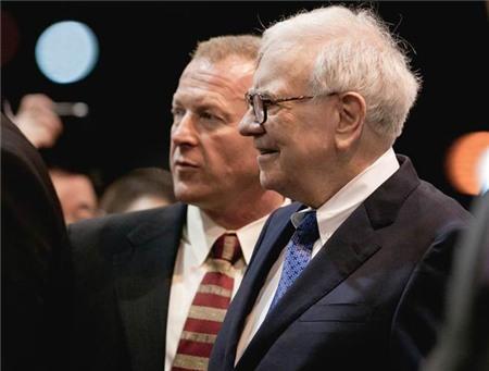 Một trong những thách thức lớn nhất của công việc này là tỷ phú Buffett dù đã ngoài 80 nhưng vẫn đi bộ rất nhanh và có thể đổi hướng trong tích tắc, vệ sĩ Dan Clark cho biết.