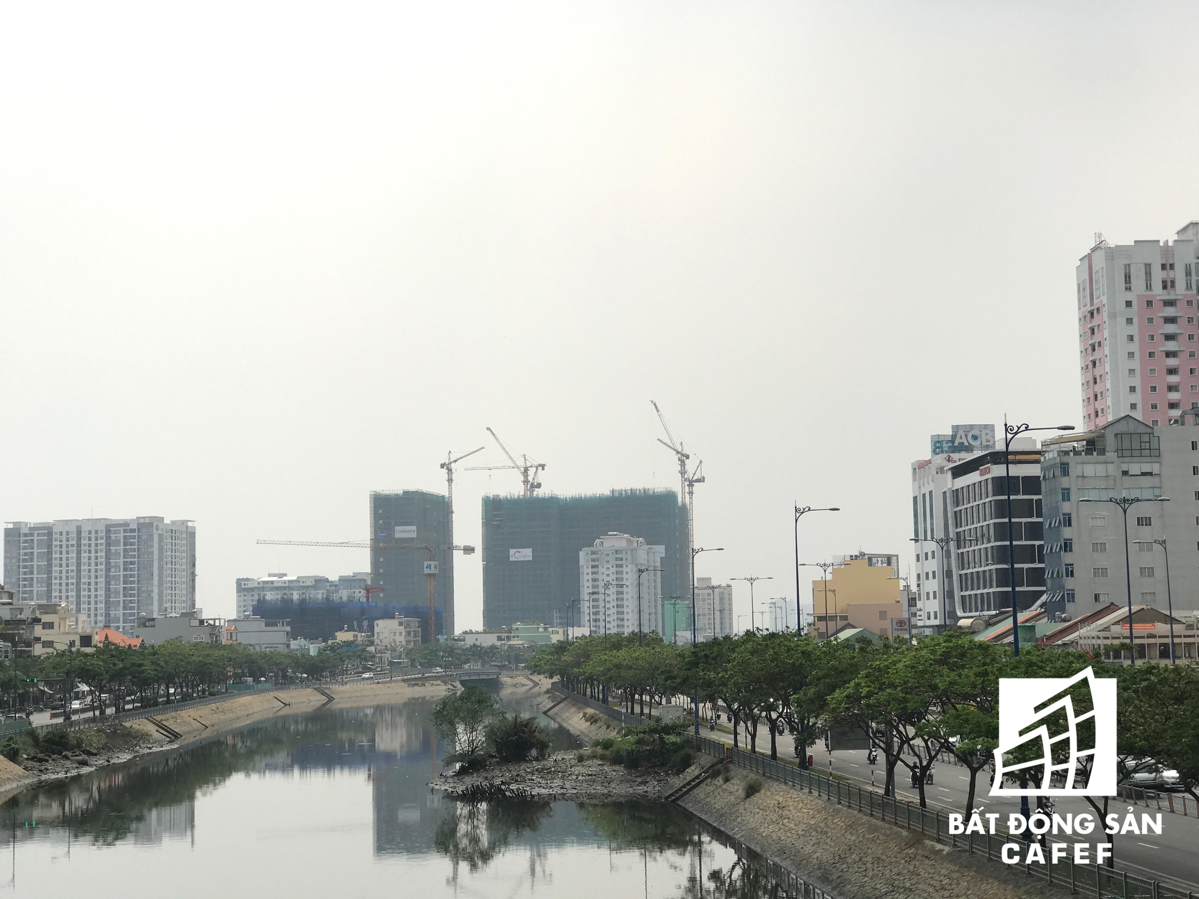 Dọc sông Bến Nghé, nhiều tổ hợp chung cư cao cấp đang mọc lên.