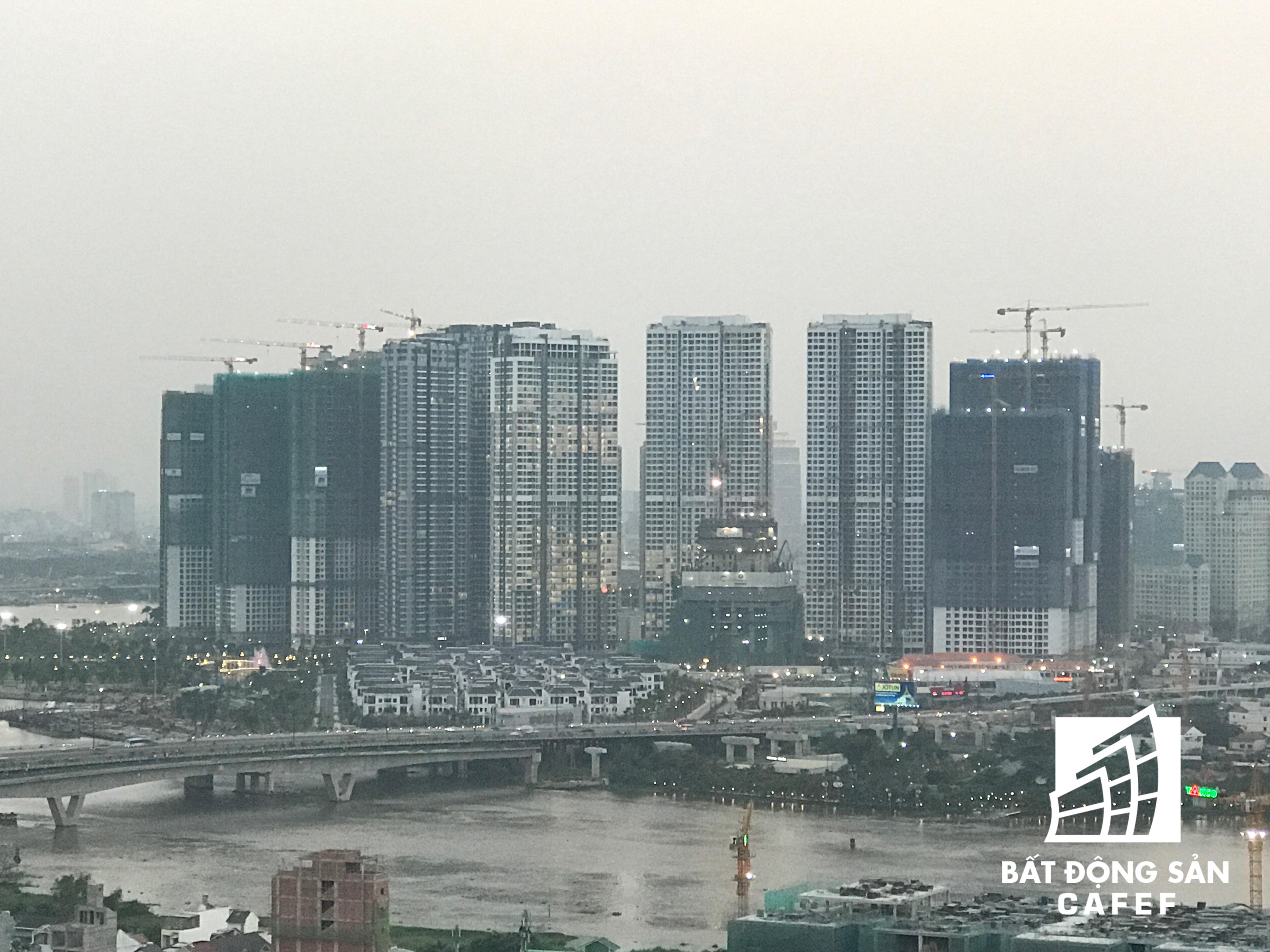 Ngay sau khi xuống cầu Sài Gòn, là đường Nguyễn Hữu Cảnh, nơi quy tụ nhiều dự án chung cư cao cấp. Đáng chú ý là siêu dự án Vinhomes Central Park của Vingroup đang hoàn thiện phần thân các tòa chung cư đầu tiên.