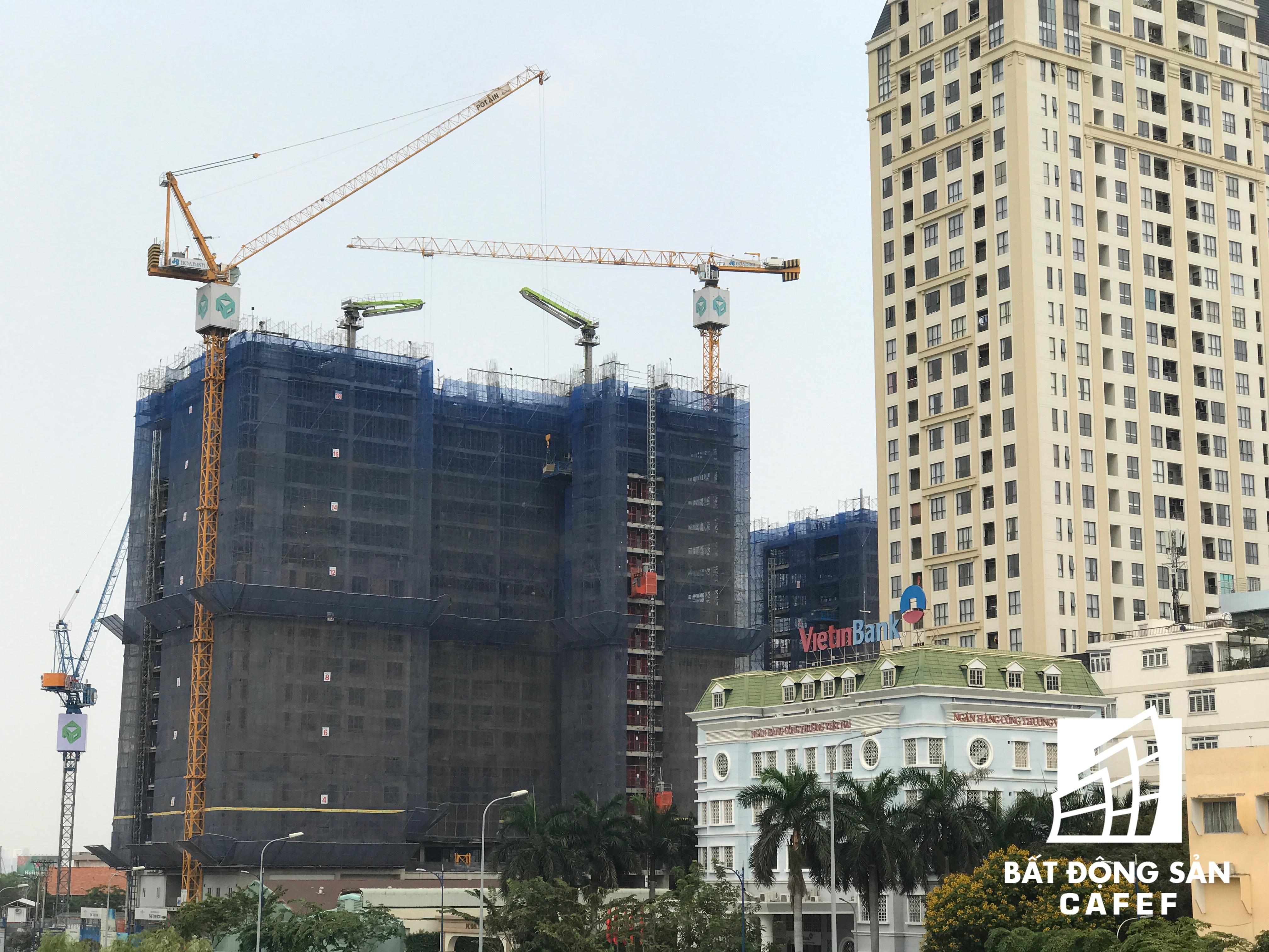 Hai dự án khác nằm cạnh nhau trên đường Bến Vân Đồn của Novaland, một chung cư đã hoạt động, một dự án khác đang xây dựng.