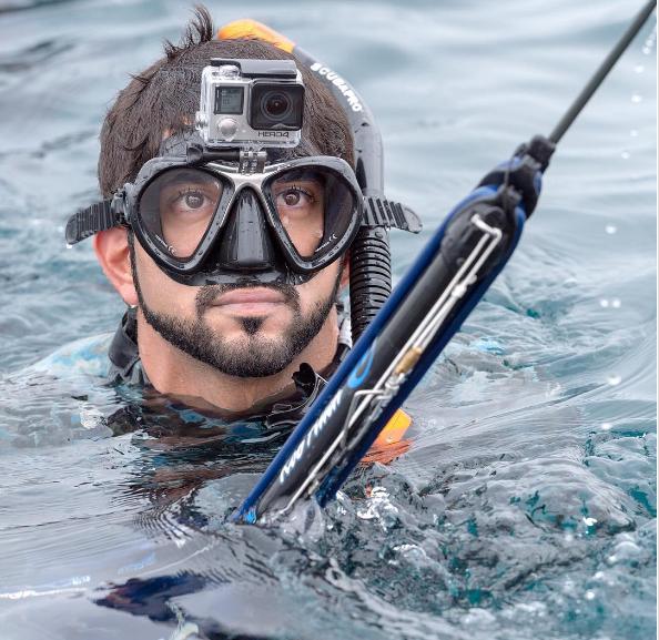 Anh rất thích bơi, câu cá, săn cá dưới biển.
