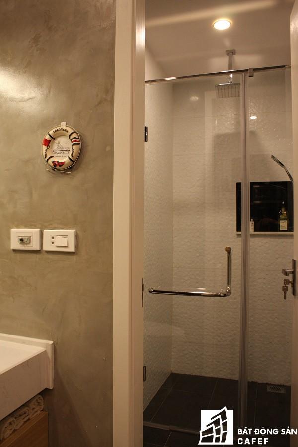 Với không gian nhỏ khiêm tốn về diện tích, gia đình anh Toàn đã chọn lựa tông màu trắng cho sàn nhà, gạch ốp tường để vừa tạo độ rộng vừa tạo chiều sâu cho không gian nhà tắm.