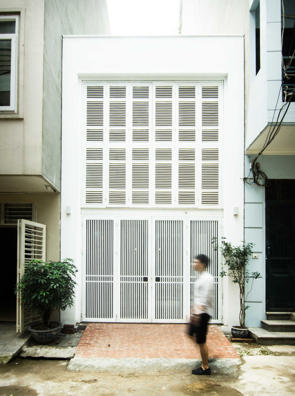 Chỉ với diện tích nhỏ 46m2 (4x11,5m), căn nhà nằm trên một con ngõ nhỏ thuộc quận Thanh Xuân, Hà Nội. Công trình sở hữu mặt tiền độc đáo nhờ tầng 2 được ghép từ hàng chục cánh cửa sổ lớn nhỏ.