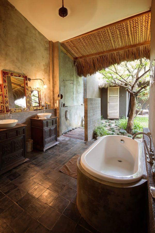 Khác với phòng tắm ở những ngôi nhà bình thường, bồn tắm và khu vệ sinh nơi đây được đặt ở vị trí rất thoáng đãng liền kề sân vườn xóa nhòa mọi khoảng cách giữa con người với thiên nhiên.