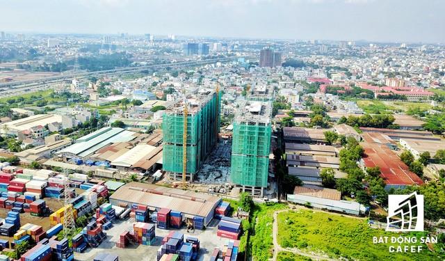 Khu căn hộ Him Lam Phú An đã cất nốc 2 block, dự kiến bàn giao nhà vào tháng 6/2018, sớm hơn dự kiến 2 tháng.