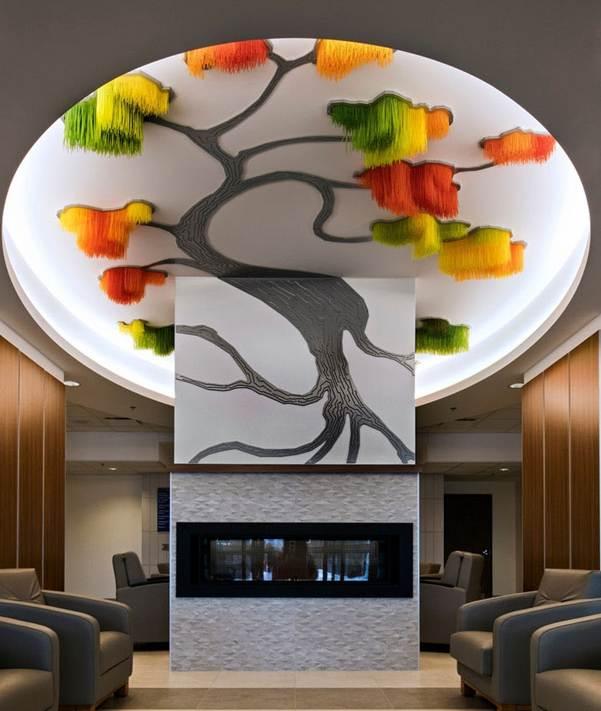 Vòng tròn khổng lồ tinh tế trên trần nhà được ốp đèn Led xung quanh đường viền tạo khoảng không gian cho tán lá, tán hoa của cây.