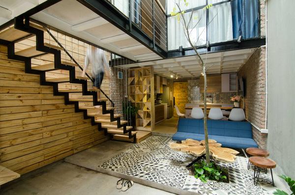 Khu vực tiếp khách lạ mắt với bàn ghế gỗ thiết kế độc đáo lấy ý tưởng từ những chiếc thớt.