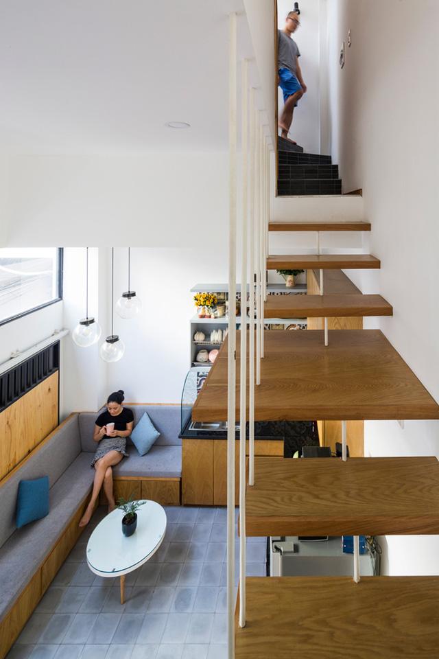 Tầng 1 được thiết kế với trần nhà cao là không gian của bếp, phòng khách, khu vệ sinh nhỏ và nơi để xe.
