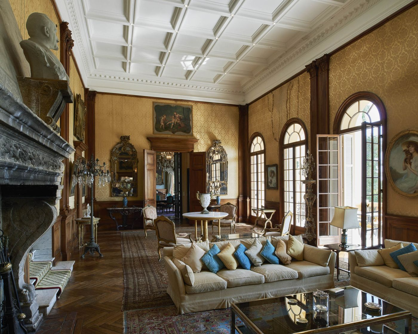 Nội thất bên trong căn nhà khiến người ta nhớ lại thời kỳ hoàng kim Belle Epoque: phòng khách lớn, đèn chùm, cửa kiểu Pháp, chân dung phong cách thế kỷ 19 cao từ sàn đến trần với khung chạm khắc cầu kỳ.