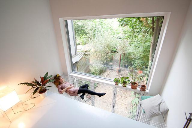 Thay thế một phần trần nhà bằng chất liệu lưới không chỉ giúp không gian sống sáng, thoáng hơn mà còn giúp bạn có thêm nơi thư giãn thú vị.