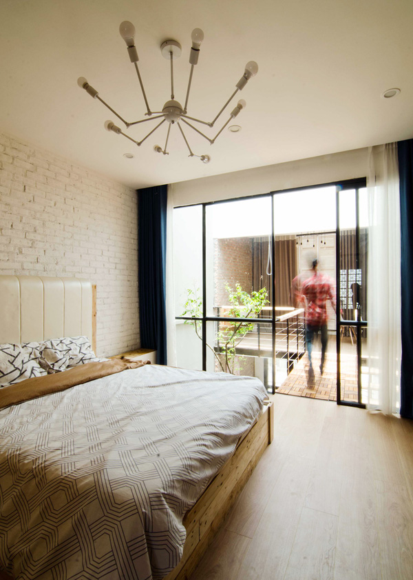 Tầng 2 là không gian phòng ngủ và khu vực thư giãn nối với nhau bằng một lối đi nhỏ. Phòng ngủ được thiết kế vô cùng thoáng sáng và hiện đại.