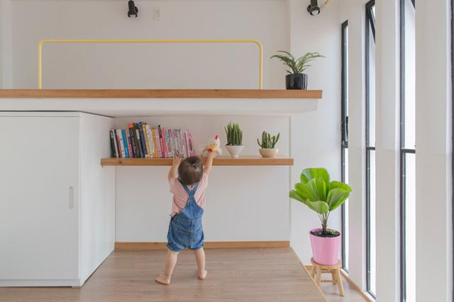 Phòng ngủ được đưa lên tầng trên rộng thoáng và tràn ngập ánh sáng mặt trời. Hệ thống cửa kính xen kẽ hệ lam bằng xi măng vừa bảo đảm an toàn cho trẻ vừa tạo không gian thoáng sáng cho toàn ngôi nhà.