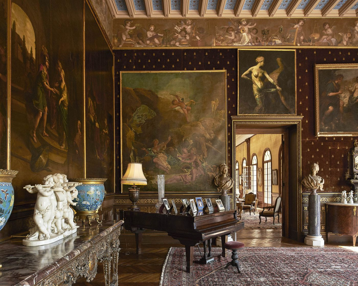 Một phòng khách lớn có thiết kế của thời kỳ hoàng kim Belle Epoque.