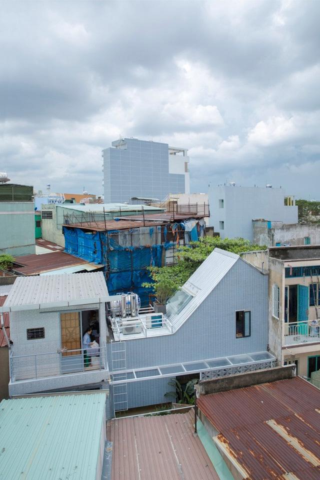 Với vị trí nằm trong khu dân cư có mật độ đông đúc, nên việc thiết kế để ngôi nhà lấy được đủ ánh sáng và gió là bài toán không phải dễ dàng.