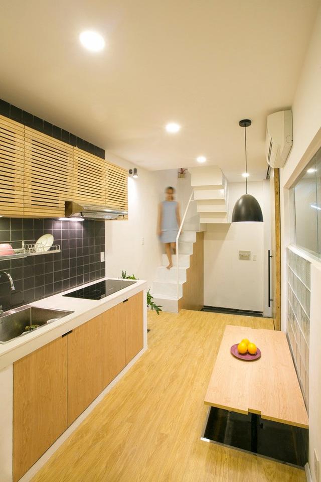 Khu vực bếp và không gian sinh hoạt chung được đặt ngay tầng 1. Để tối đa hóa không gian sử dụng, 1 góc sàn được nâng lên phục vụ như bàn ăn tiện lợi.