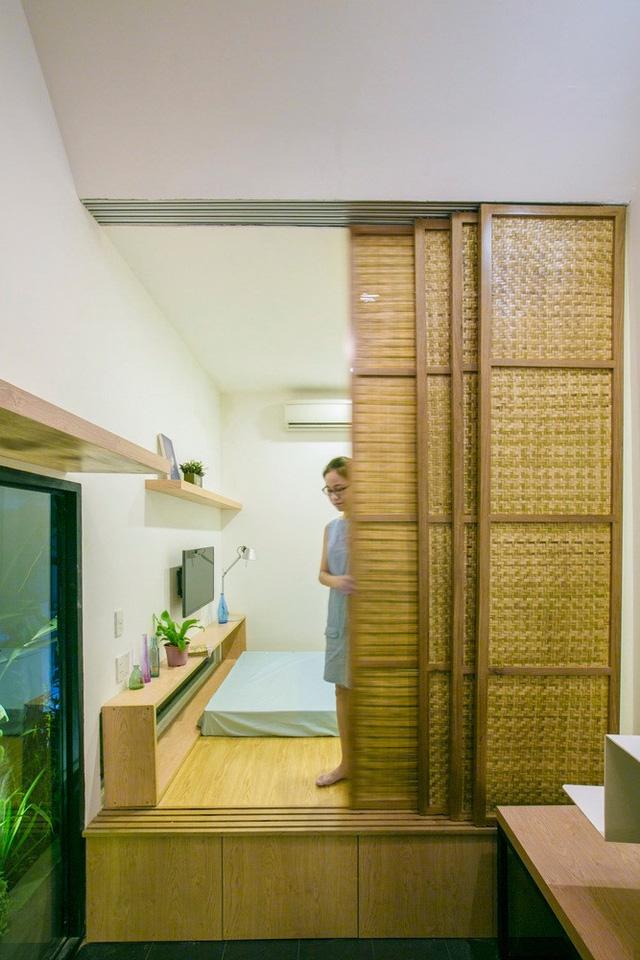 Không gian tầng 2 là không gian phòng ngủ chính và công trình phụ lớn. Nơi đây được sử cửa lùa tre để đảm bảo không gian riêng tư, vừa lịch sự vừa tiện lợi. Sàn phòng ngủ cũng được nâng để không gian dưới được sử dụng lưu trữ đồ cho gia đình.