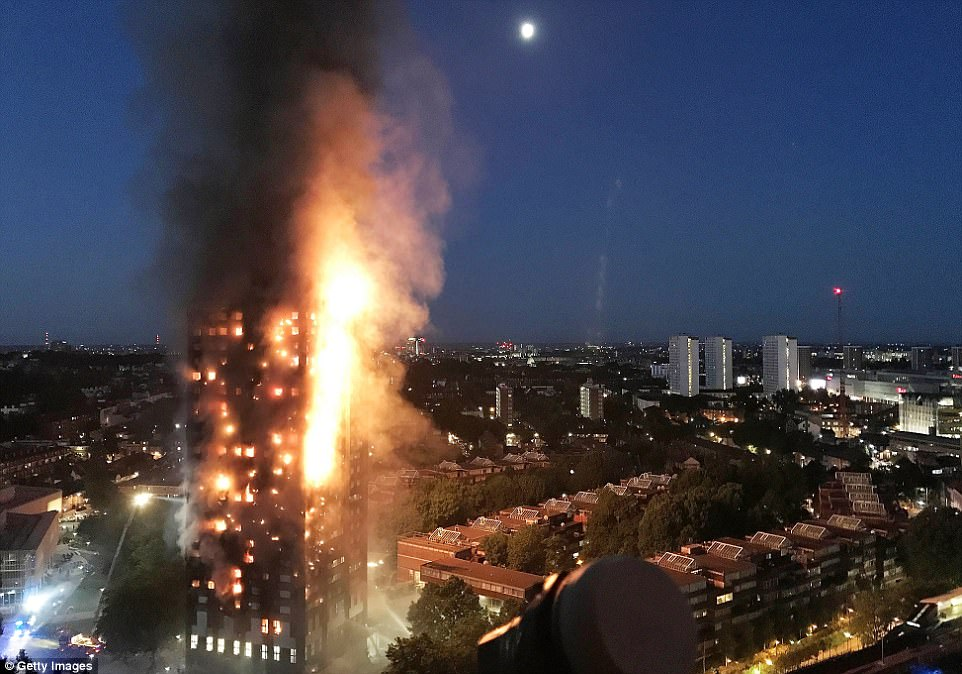 Tòa chung cư chìm trong ngọn lửa kinh hoàng. Ảnh: Getty
