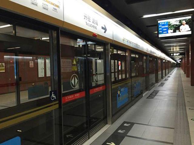 Ga tàu điện ngầm cũng trở nên im ắng.